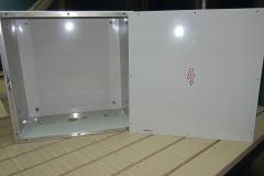 Алюминиевый ящик, имеет технологические отверстия и болты крепления оборудования